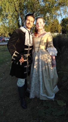 Tommi Soidinmäki Rosvo-Roopen roolissaan sekä vastanäyttelijä Aleksandra Eskelinen