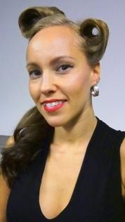 50-luvun kampausta ja meikkiä
